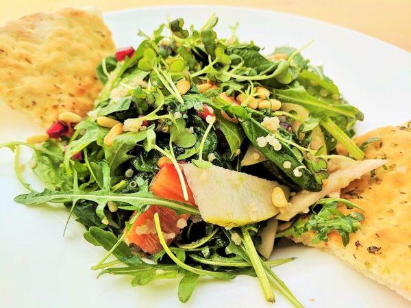 Salata cu rodie, quinoua, hummus si legume restaurant pipera