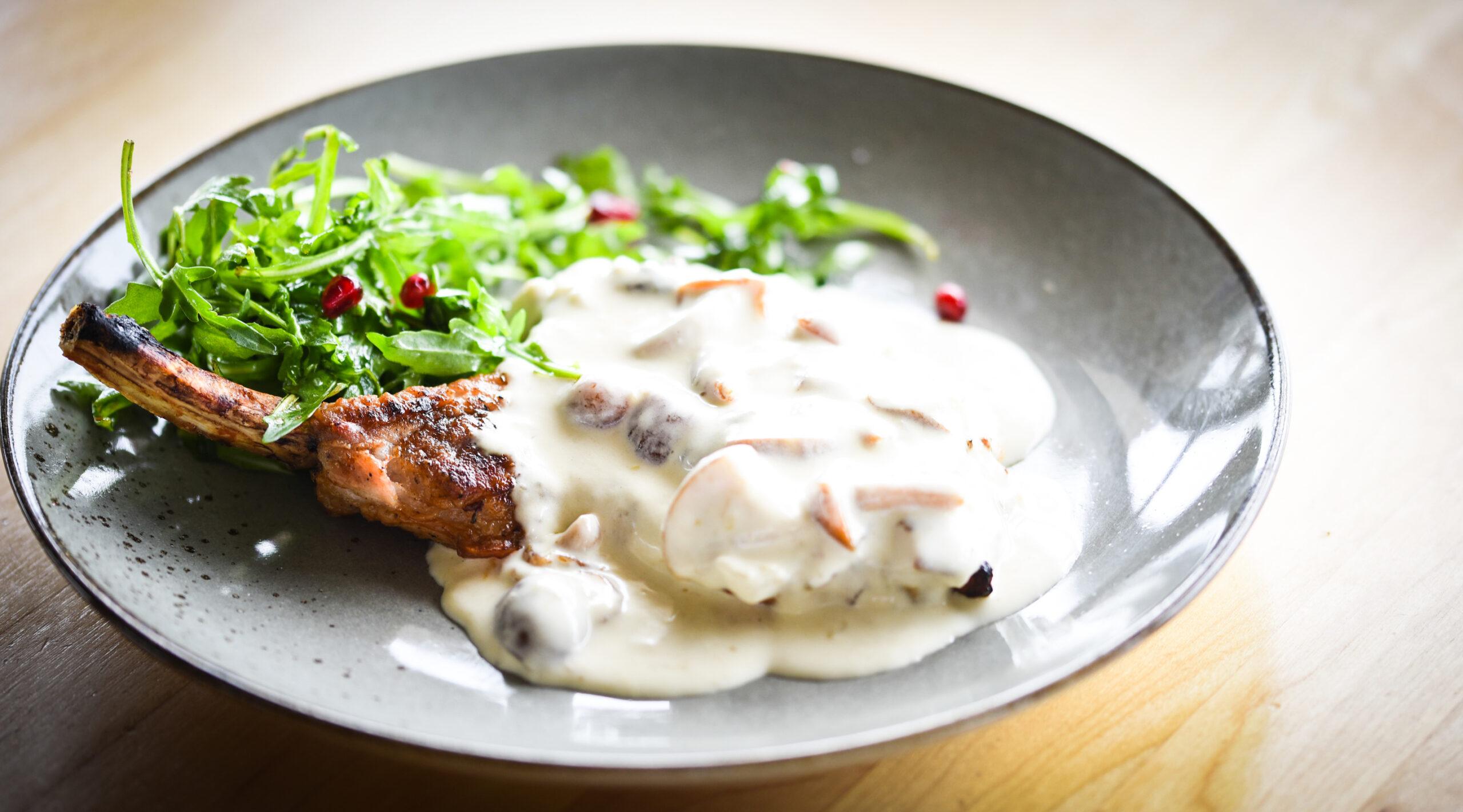 Cotlet de porc cu sos alb cu ciuperci de pădure